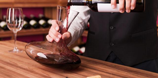 Une des techniques pour aérer le vin est la mise en carafe